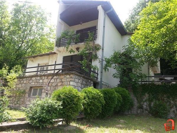 Атрактивен плац 1600м2 и куќа во Долна Матка